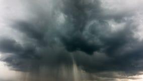 Nubes de lluvia con el relámpago, time lapse almacen de metraje de vídeo
