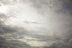 Nubes de lluvia en el cielo, nube oscura, nube de lluvia, tempestuosa antes de ra Foto de archivo