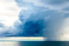Nubes de lluvia en el horizonte de mar Imagen de archivo libre de regalías