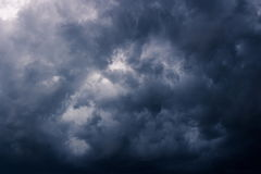Nubes de lluvia oscuras de la tormenta Imagen de archivo