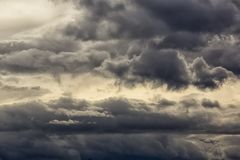 nubes de lluvia oscuras en el cielo Imágenes de archivo libres de regalías