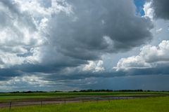 Nubes de lluvia que se acercan sobre las tierras de labrantío, Saskatchewan, Canadá imagenes de archivo