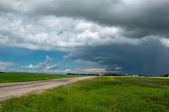 Nubes de lluvia que se acercan sobre las tierras de labrantío, Saskatchewan, Canadá fotos de archivo