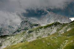 Nubes de lluvia sobre las montañas de Trnovacki Durmitor Fotos de archivo