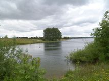 Nubes de lluvia sobre paisaje del lago fotos de archivo