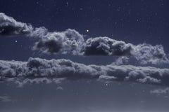 Nubes de noche estrellada foto de archivo libre de regalías