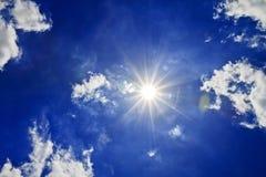 Nubes de Sun del cielo azul Fotos de archivo