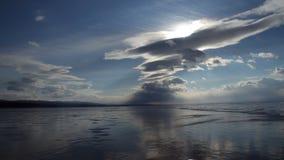 Nubes de Timelapse sobre el lago Baikal en invierno almacen de metraje de vídeo