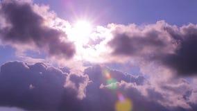 Nubes de Timelapse sobre las montañas almacen de video