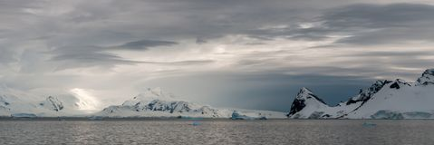 Nubes de tormenta de alto nivel sobre las montañas coronadas de nieve, estrecho de Gerlache, península antártica fotografía de archivo
