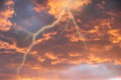 Nubes de tormenta con el relámpago