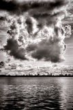 Nubes de tormenta de la contaminación o de la condensación en la refinería Imágenes de archivo libres de regalías