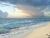 Nubes de tormenta de la mañana sobre la playa en el mar del Caribe Fotos de archivo libres de regalías