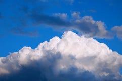 Nubes de tormenta en cielo azul fotografía de archivo libre de regalías