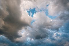 Nubes de tormenta en el cielo fotos de archivo libres de regalías
