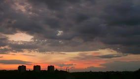 Nubes de tormenta en el horizonte en la puesta del sol metrajes