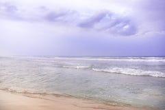 Nubes de tormenta en la oscuridad sobre la playa en Chennai Fotos de archivo libres de regalías