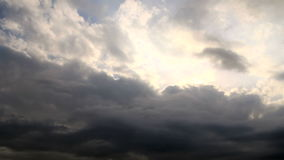 Nubes de tormenta en la puesta del sol metrajes