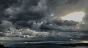 Nubes de tormenta hermosas sobre el mar adriático y el sol brillante detrás foto de archivo libre de regalías