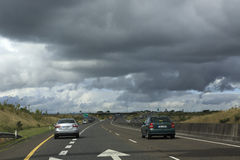 Nubes de tormenta hermosas sobre las carreteras nacionales adentro Foto de archivo libre de regalías