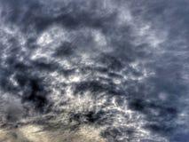 Nubes de tormenta oscuras antes de la lluvia Foto de archivo libre de regalías