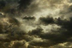 Nubes de tormenta oscuras en el cielo Fotos de archivo libres de regalías