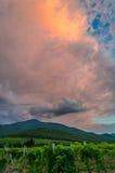 Nubes de tormenta oscuras sobre las montañas imágenes de archivo libres de regalías