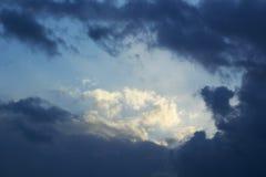 Nubes de tormenta oscuras y dramáticas en el cielo Imágenes de archivo libres de regalías