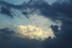Nubes de tormenta oscuras y dramáticas en el cielo azul después de la lluvia Imágenes de archivo libres de regalías