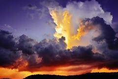 Nubes de tormenta púrpuras y rojas oscuras dramáticas en la puesta del sol Fotos de archivo