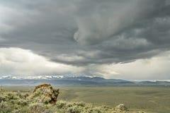 Nubes de tormenta pesadas sobre el parque del norte en Colorado Imagenes de archivo