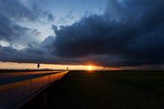 Nubes de tormenta por la mañana sobre el puente Imagenes de archivo