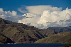 Nubes de tormenta que forman sobre la presa de Brownlee en barranco de los infiernos imagenes de archivo