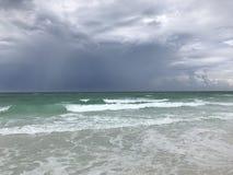 Nubes de tormenta que suben en la playa FL de Mirimar Imagen de archivo libre de regalías