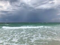 Nubes de tormenta que suben en la playa FL de Mirimar imagen de archivo