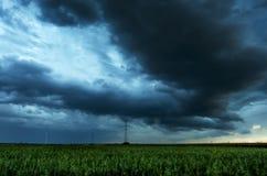 Nubes de tormenta que vuelan sobre campo Foto de archivo libre de regalías