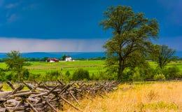 Nubes de tormenta sobre árbol y campos en Gettysburg, Pennsylvania imagen de archivo
