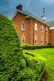 Nubes de tormenta sobre arbustos y un edificio en el seminario del Lutheran fotos de archivo
