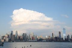 Nubes de tormenta sobre ciudad foto de archivo
