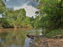 Nubes de tormenta sobre Dan River en Carolina del Norte imagenes de archivo
