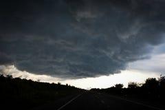 Nubes de tormenta sobre el camino Foto de archivo