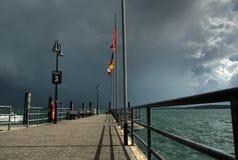 Nubes de tormenta sobre el lago fotos de archivo