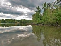Nubes de tormenta sobre el lago de piedra de hadas en Virginia fotografía de archivo