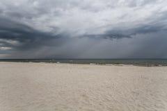 Nubes de tormenta sobre el mar Imágenes de archivo libres de regalías