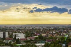 Nubes de tormenta sobre la ciudad de Craiova Imágenes de archivo libres de regalías