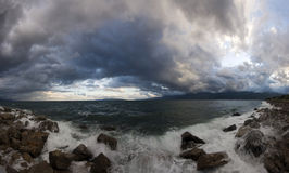 Nubes de tormenta sobre la costa costa Imagen de archivo
