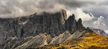 Nubes de tormenta sobre la cumbre de montañas Imagenes de archivo