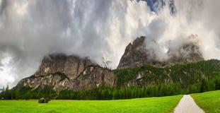 Nubes de tormenta sobre la cumbre de montañas Foto de archivo libre de regalías