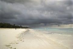 Nubes de tormenta sobre la playa de Diani Imagen de archivo libre de regalías