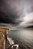 Nubes de tormenta sobre los acantilados del océano fotografía de archivo libre de regalías